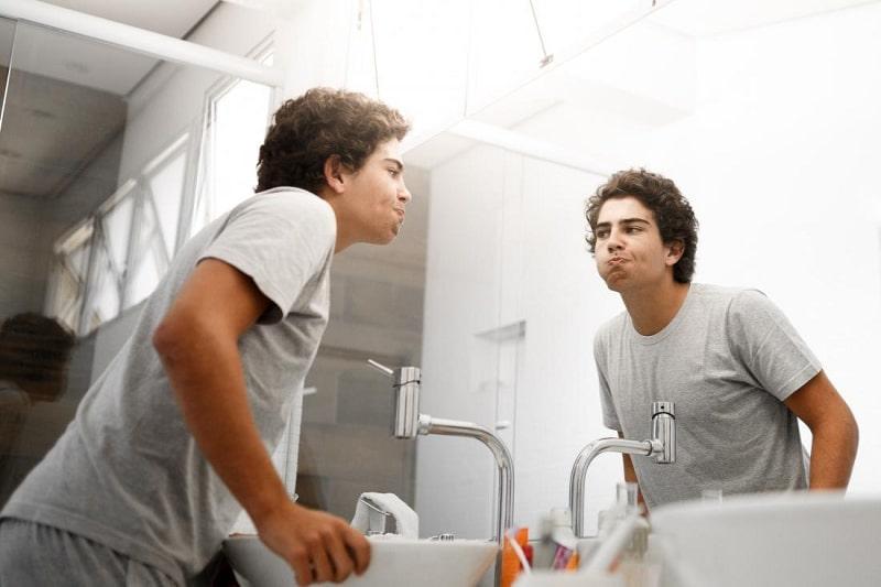 Súc miệng nước muối giúp loại bỏ vi khuẩn, kháng viêm