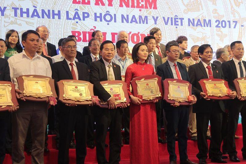 Lương y Đỗ Minh Tuấn được biểu dương Thầy thuốc tiêu biểu 2020