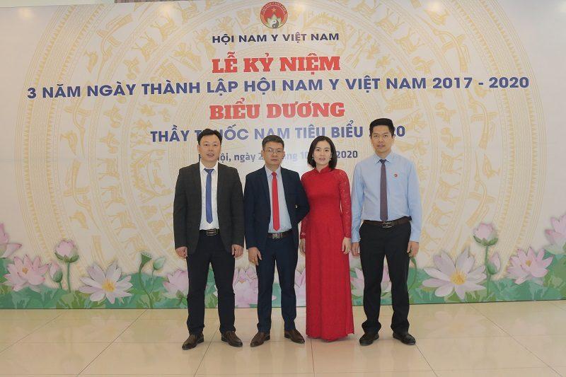 Lương y Tuấn tham (thứ 2 từ trái qua) tham gia lễ kỷ niệm 3 năm thành lập Hội Nam y Việt Nam