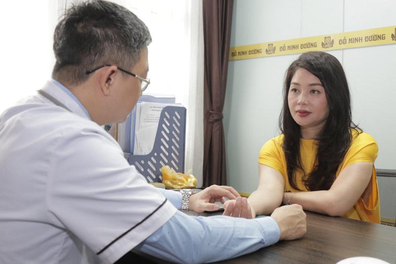 Nữ diễn được GĐ chuyên môn nhà thuốc chúng tôi là lương y Đỗ Minh Tuấn thăm khám trực tiếp