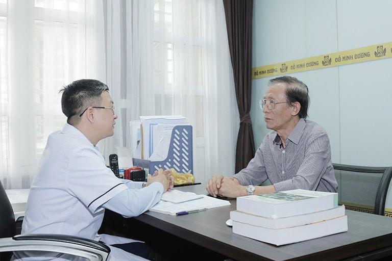 Chú Báu được lương y Đỗ Minh Tuấn thăm khám