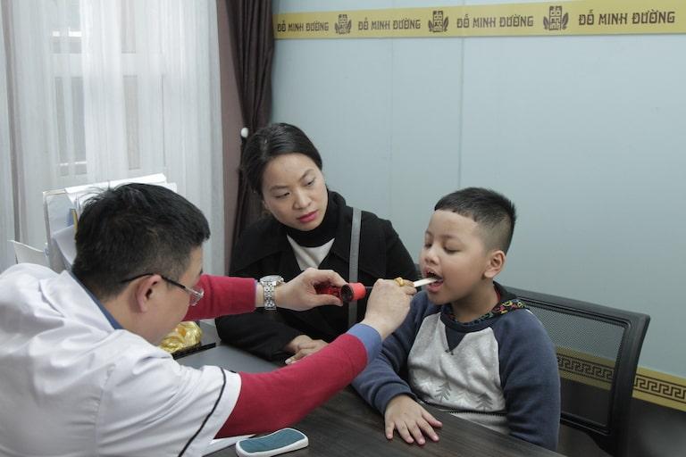 Lương y Tuấn thăm khám họng cho bé Nam vô cùng cẩn thận và kỹ càng