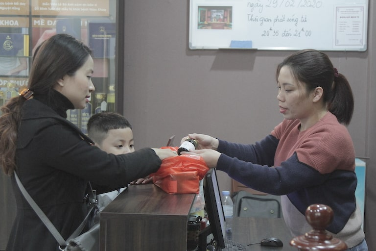 An tâm khi điều trị, mẹ con chị Hiền quyết định lấy thêm liệu trình để sử dụng cho bệnh dứt điểm hoàn toàn