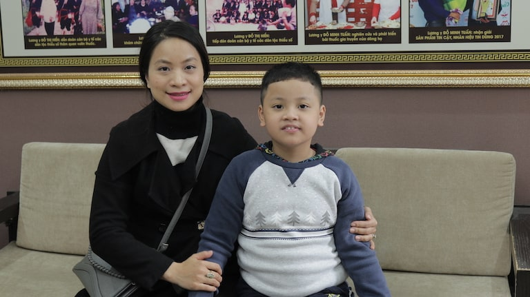 Chị Dương Hiền 30 tuổi và bé Bảo Nam 8 tuổi điều trị bệnh lý viêm họng tại nhà thuốc