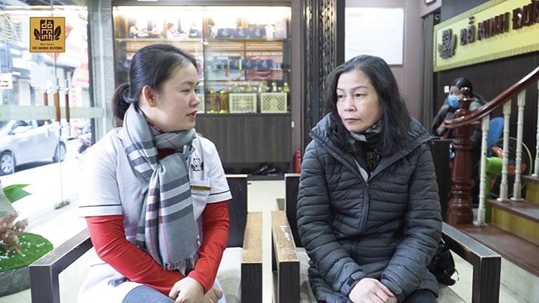Cô Thanh chia sẻ với bác sĩ nhà thuốc Đỗ Minh Đường bệnh thoát vị đĩa đệm
