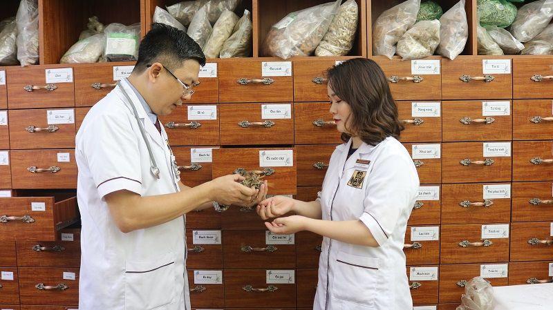 Lương y Tuấn cùng cộng sự tại nhà thuốc dành nhiều thời gian nghiên cứu bài thuốc