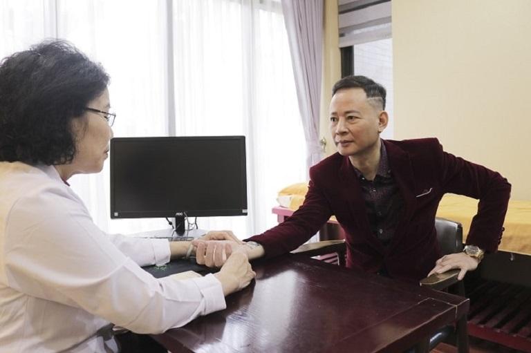 Nghệ sĩ Tùng Dương thăm khám tại Nhất Nam Y Viện