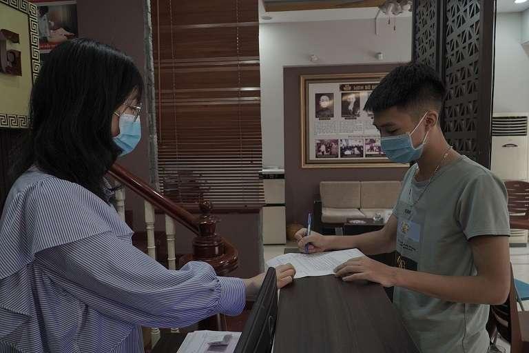 Đội ngũ y bác sĩ và nhân viên nhà thuốc bắt buộc đeo khẩu trang khi thăm khám bệnh nhân