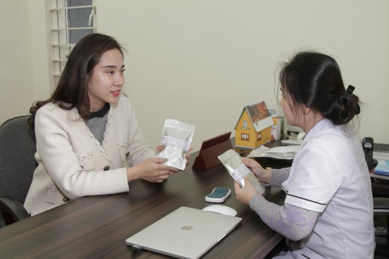 BS Hằng giải thích cho chị Hằng về các giai đoạn điều trị viêm nấm âm đạo bằng bài thuốc Phụ Khang Đỗ Minh