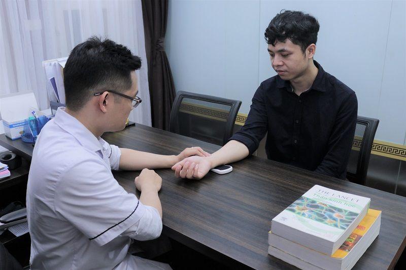 Anh Linh thăm khám tại nhà thuốc