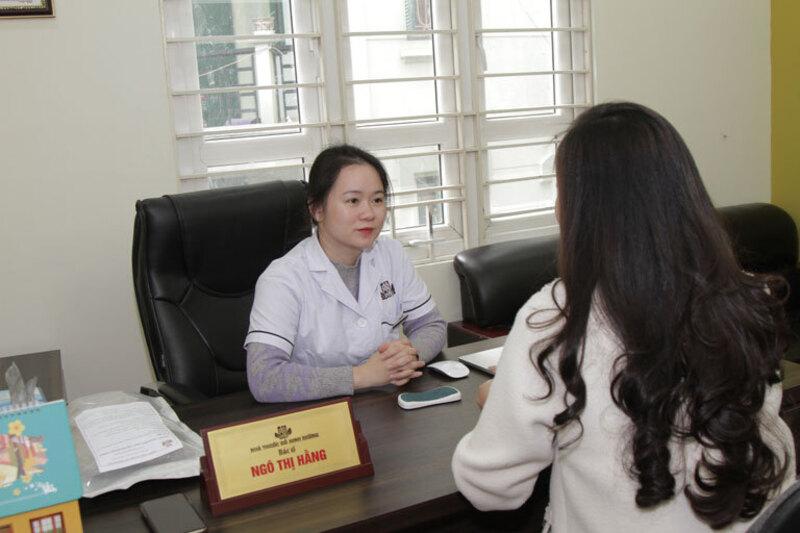Bác sĩ hằng trực tiếp thăm khám và điều trị bệnh viêm nấm âm đạo cho chị Nhật