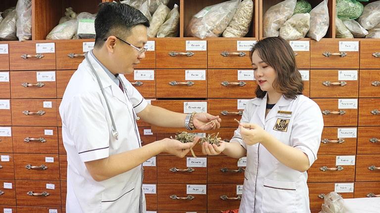 Lương y Đỗ Minh Tuấn cùng bác sĩ nhà thuốc Đỗ Minh Đường phát triển thêm bài thuốc