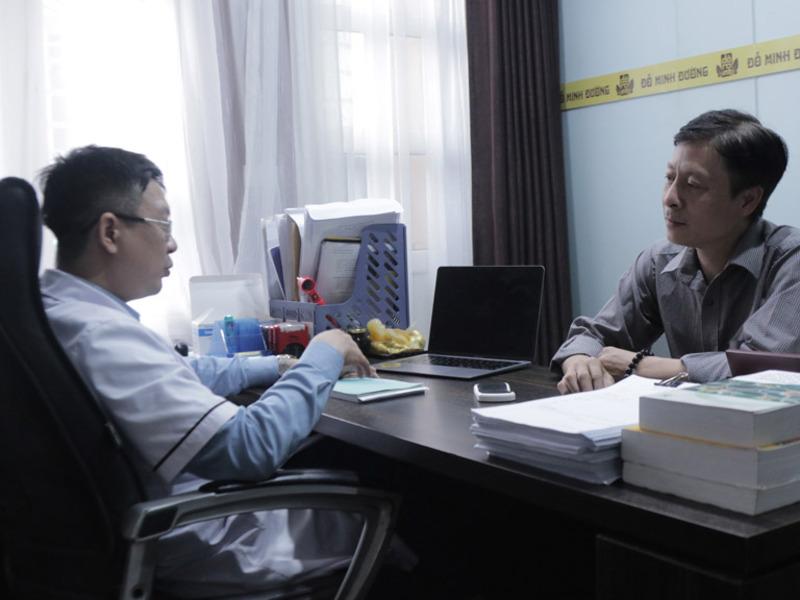 Anh Thắng được lương y Tuấn trực tiếp thăm khám và điều trị
