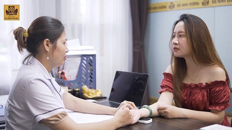 Bác sĩ Oanh khám trực tiếp cho chị Ly