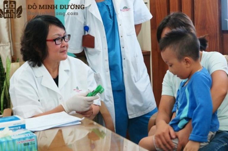 Phụ huynh nên sớm đưa trẻ tới cơ sở y tế và điều trị nang thận